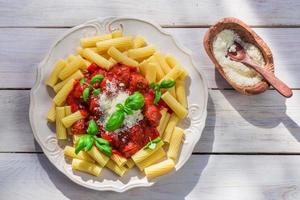 pasta penne met tomatensaus en basilicum foto