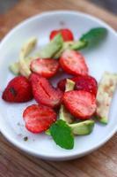 aardbeien met avocado foto