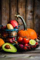 groenten en fruit op houten achtergrond foto