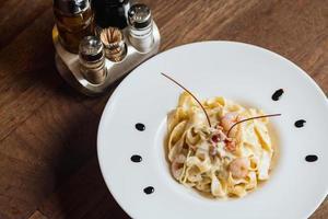 pasta met garnalen boven het hoofd foto