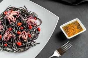 pasta met zwarte inktvisinkt en kleine octopussen foto