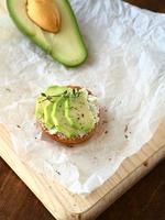 verse avocado op een houten bord foto
