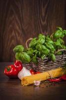 pasta met toevoegingen op donker hout foto