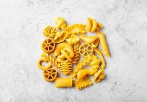 stapel van natuurlijk gekleurde gele pasta met eieren foto
