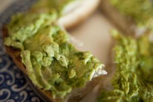 avocado op brood foto