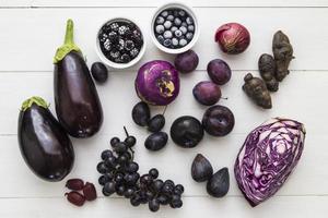 selectie van paars fruit en groenten foto