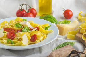 tagliatelle in Italiaanse kleuren, geroosterde tomaten, tagliatelle van basilicum foto