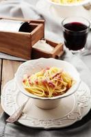 spaghetti carbonara met rode wijn foto