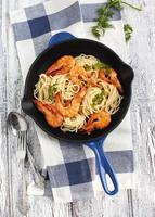 koekenpan met garnalen spaghetti met roomsaus foto