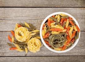 pasta op houten tafel