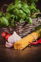 close up van bundel pasta voor het koken foto