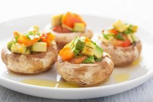 gebakken gevulde champignons met groenten foto