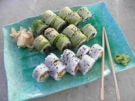 vegetarische sushi - broodjes met groenten geserveerd met gember en wasabi. foto