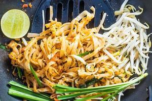 Thais eten - padthai heet in pan foto