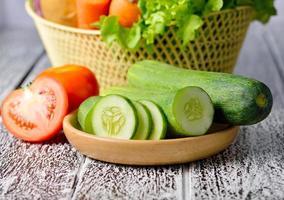 groenten die op een houten achtergrond worden geïsoleerd foto