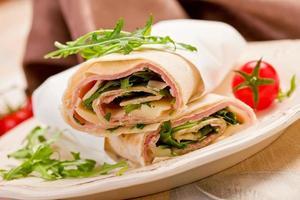 tortilla's met spek en rucola salade foto