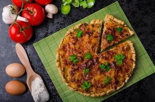 huis franse quiche gevuld met champignons, tomaat en prei foto