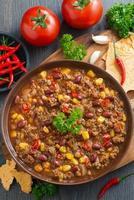 Mexicaans gerecht chili con carne, bovenaanzicht