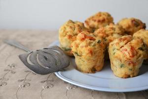 zelfgemaakte mini-ei muffins mini quiche, selectieve aandacht foto