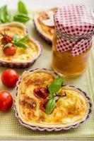 quiche met kaas en kerstomaatjes foto