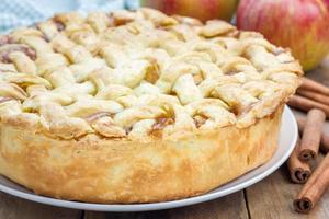 zelfgemaakte heerlijke appeltaart met rooster patroon foto