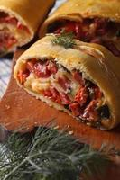smakelijke taart met ham, kaas en peper macro verticaal foto