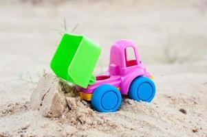 lossen vrachtwagen in het zand