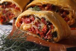 zelfgemaakte strudel met ham, kaas en verse groenten macro foto