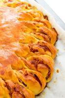 hartige taart met spek en zachte kaas foto