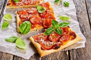 taart met tomaten, kaas en basilicum foto