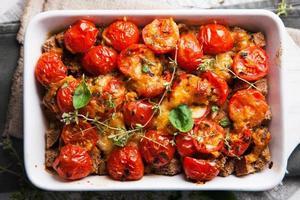 dieet gezonde quiche met tomaat en verse basilicum foto