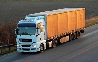 snelweg met auto's en vrachtwagen foto
