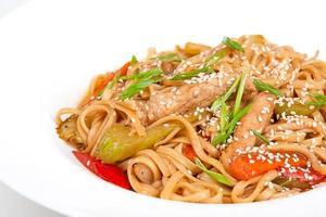 de udon-naald met varkensvlees en groenten