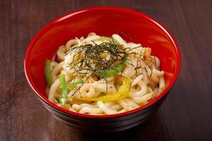hete udon noedels met garnalen foto