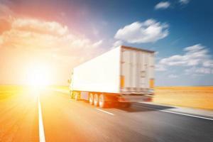 semitruck rijden tot zonsondergang foto