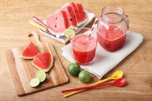 gezonde watermeloen-limoensmoothie en verse watermeloen foto