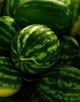 watermeloen op een boerenmarkt foto