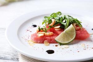 salade met watermeloen, feta, rucola garnalen, balsamico saus foto