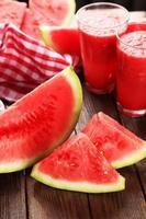 watermeloen smoothies op bruine houten achtergrond foto