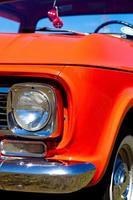vintage rode pick-up truck vooraanzicht verchroomde koplamp foto