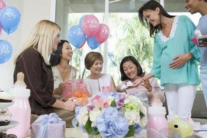 vrienden bij baby shower foto