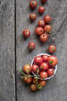 cherrytomaatjes op de wijnstok foto