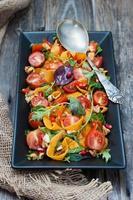 salade met gemarineerde pompoen, sla en kerstomaatjes foto