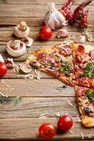 pizza met tomaat foto