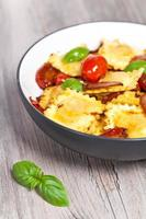 drie kaasravioli met tomaat foto