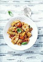 fusilli pasta met kip en kerstomaatjes foto