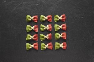 Italiaanse pasta: farfalle foto