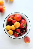 fruit in kom, bovenaanzicht foto