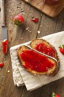 zelfgemaakte aardbeigelei op toast foto