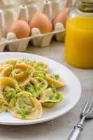 ravioli gevuld met spinazie pesto foto